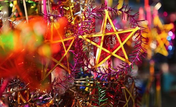 Đèn lồng được làm từ tre, giấy gió với nhiều hình dạng khác nhau như: ngôi sao, cá chép, bông hoa,...