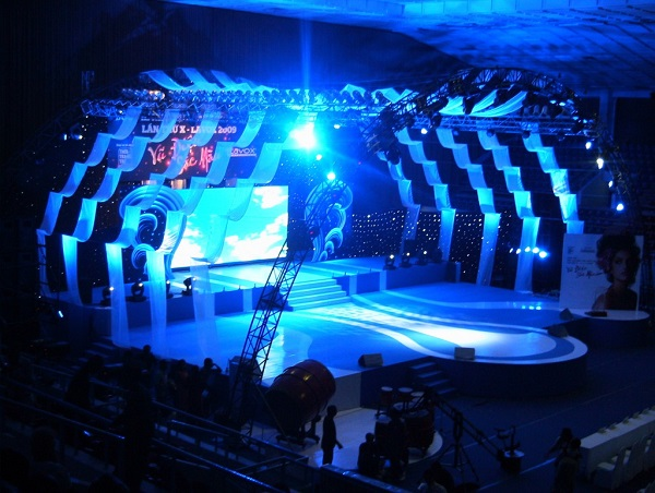 Sân khấu với ánh sáng xanh thu hút người xem