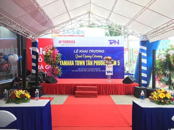 Sân khấu tổ chức lễ khai trương bọc thảm đỏ, background đẹp mắt