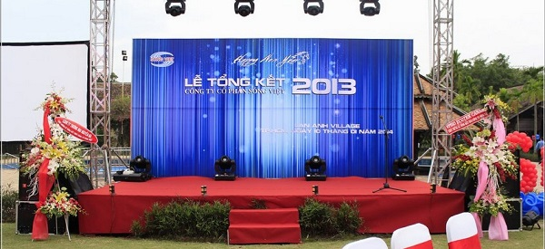 Hệ thống âm thanh, trang thiết bị, background đầy đủ và sân khấu đẹp mắt