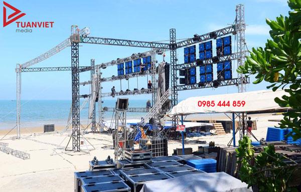 Công ty Cổ phần Truyền thông TUẤN VIỆT có cho thuê phụ kiện như loa đài, bục sân khấu