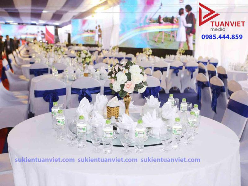 Tuanviet Media ; cho thuê bàn tròn kính xoay ăn tiệc