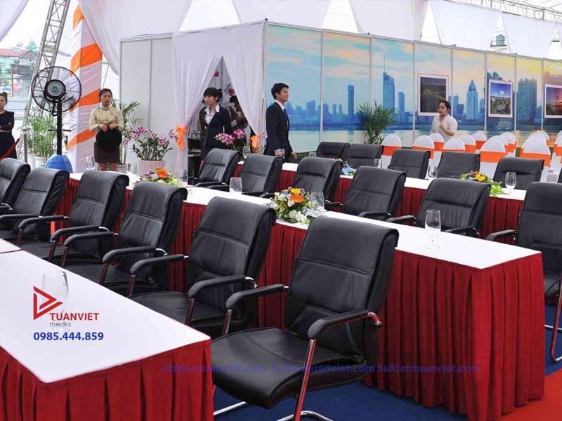 Tuanviet Media : cho thuê ghế da chân quỳ, bàn đại biểu quây đỏ